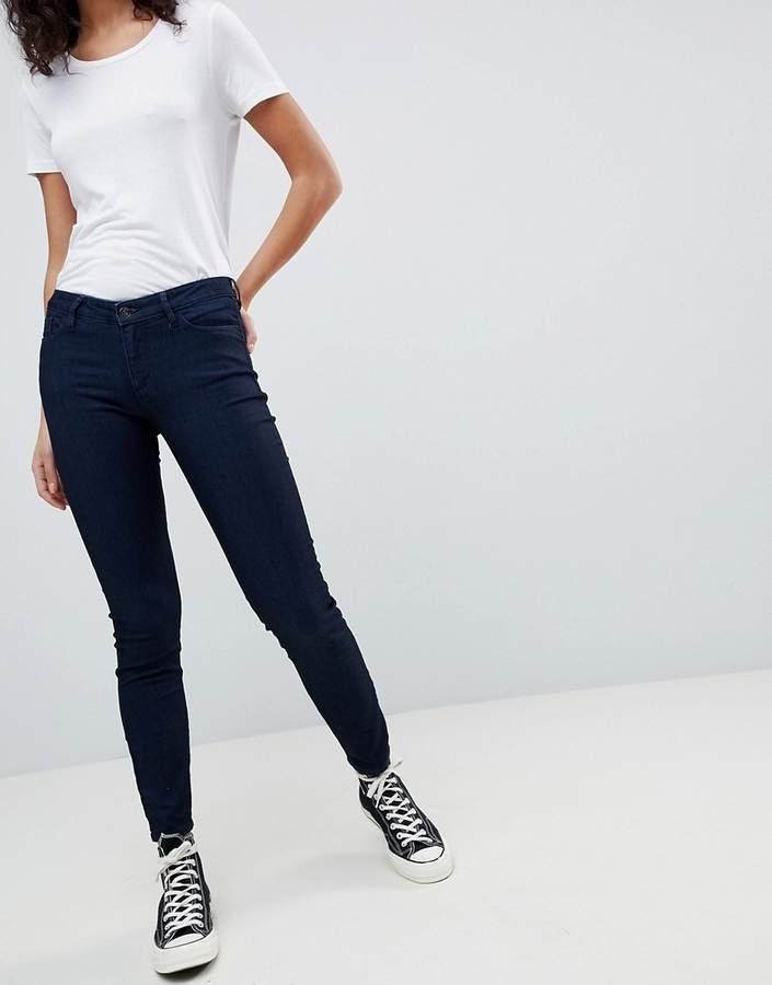 – Sehr enge, tief sitzende Jeans