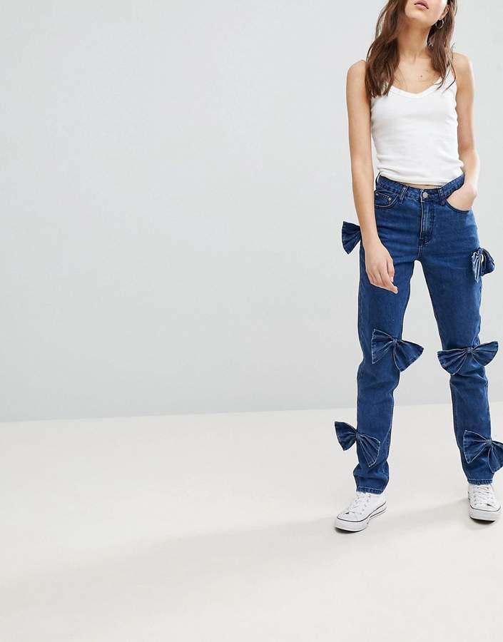 – Mom-Jeans mit Schleifenverzierung