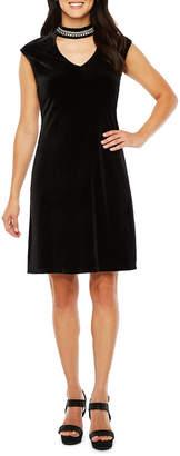 Ronni Nicole Sleeveless Embellished Neck Shift Dress