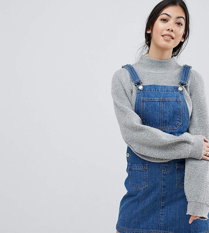 Miss Selfridge Petite – Latzkleid aus Jeansstoff
