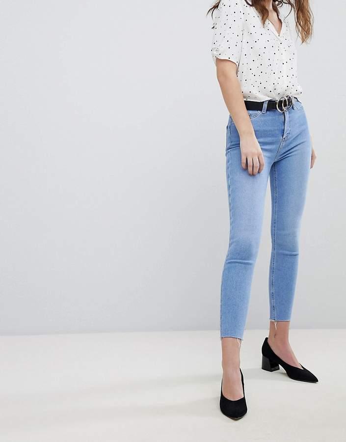 – India – Sehr enge Jeans mit hoher Taille und Fransensaum