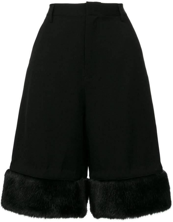 Shorts mit Kunstfellbesatz