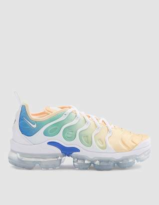 Nike W Air VaporMax Plus in White/Tangerine Tint