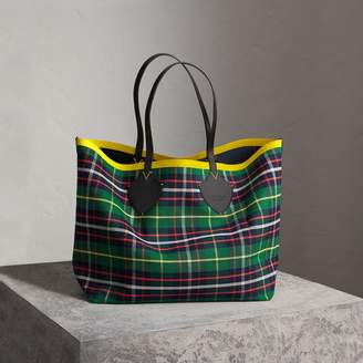 Burberry The Giant Reversible Tote in Tartan Cotton, Green