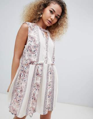 En Creme sleeveless paisley print dress with keyhole
