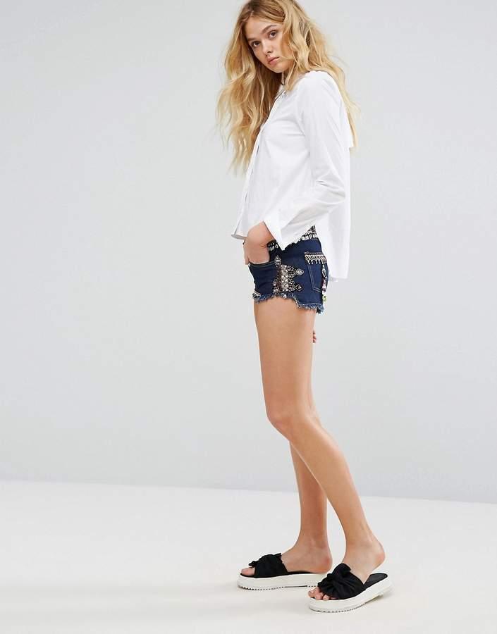 – Jeansshorts mit Verzierung