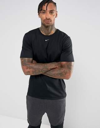 Nike Small Swoosh T-Shirt In Black 906959-010