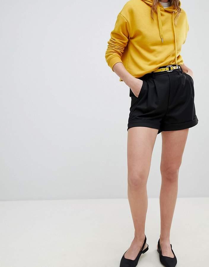 – Taillierte Shorts in Schwarz