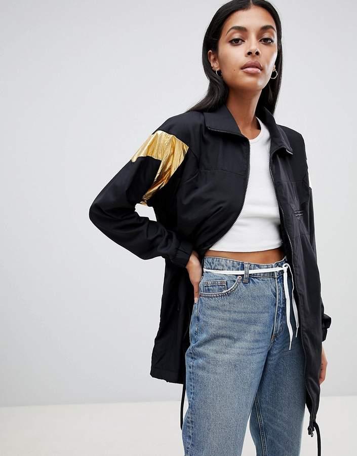 – Schwarze Jacke mit goldenem Einsatz