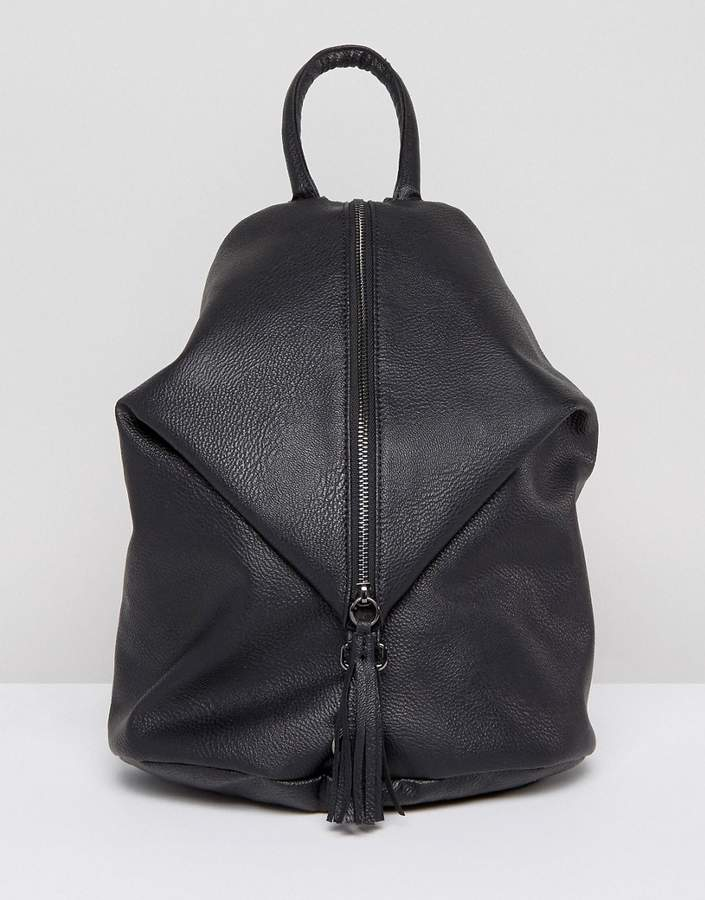 – Rucksack mit Reißverschluss vorn, Karabinerhaken und Quaste