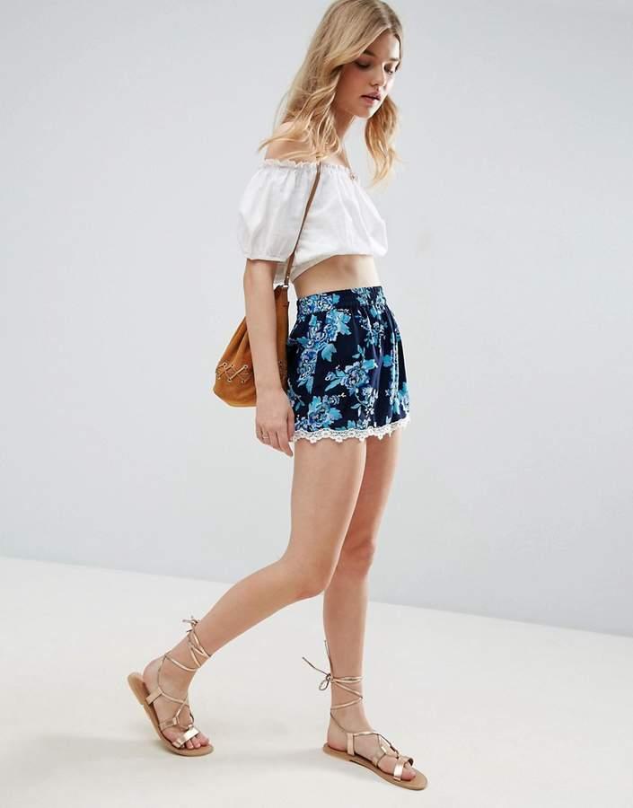 – Shorts mit Blumenmuster und Spitzensaum