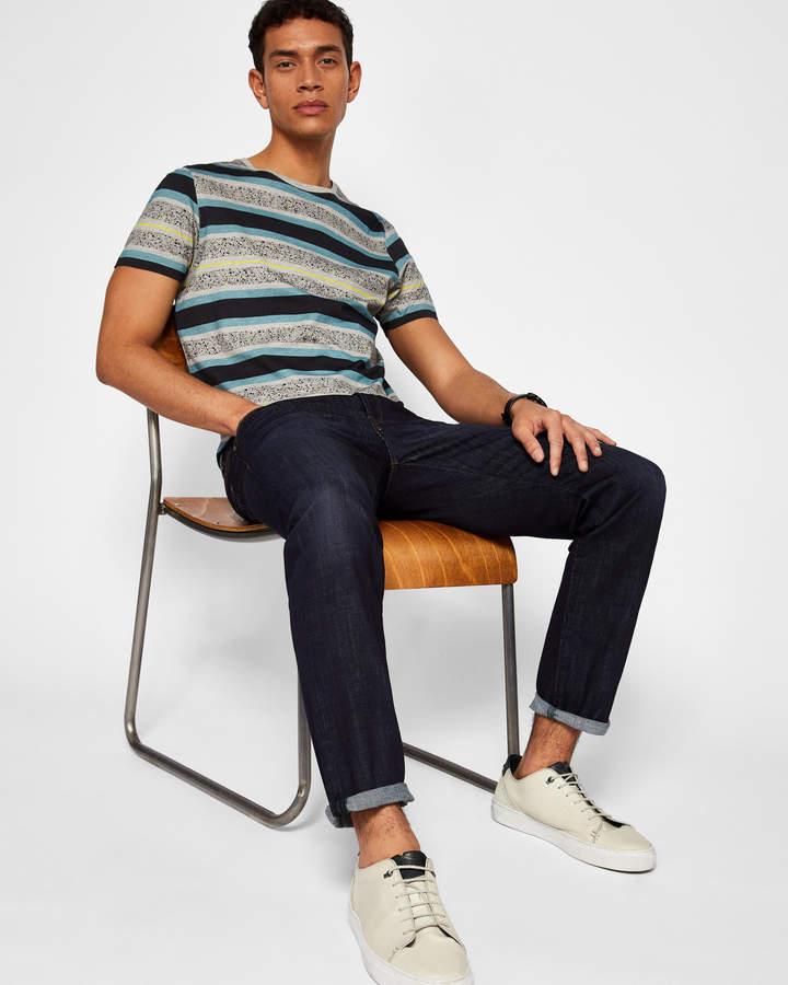Gewaschene Jeans Mit Geradem Bein