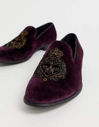 Asos Design DESIGN loafers in burgundy velvet with badge