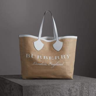 Burberry The Giant Tote in Logo Print Jute