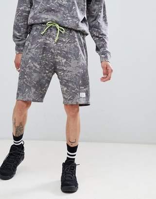 Mennace washed camo shorts in gray