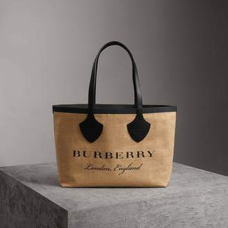 Burberry The Medium Giant Tote in Graphic Print Jute