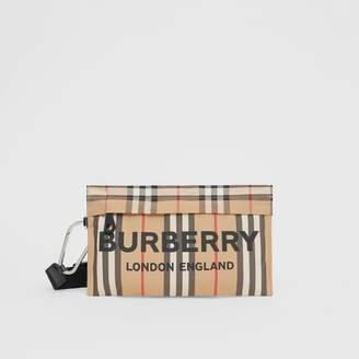 Burberry (バーバリー) - Burberry ロゴプリント アイコンストライプ ナイロン ジップポーチ
