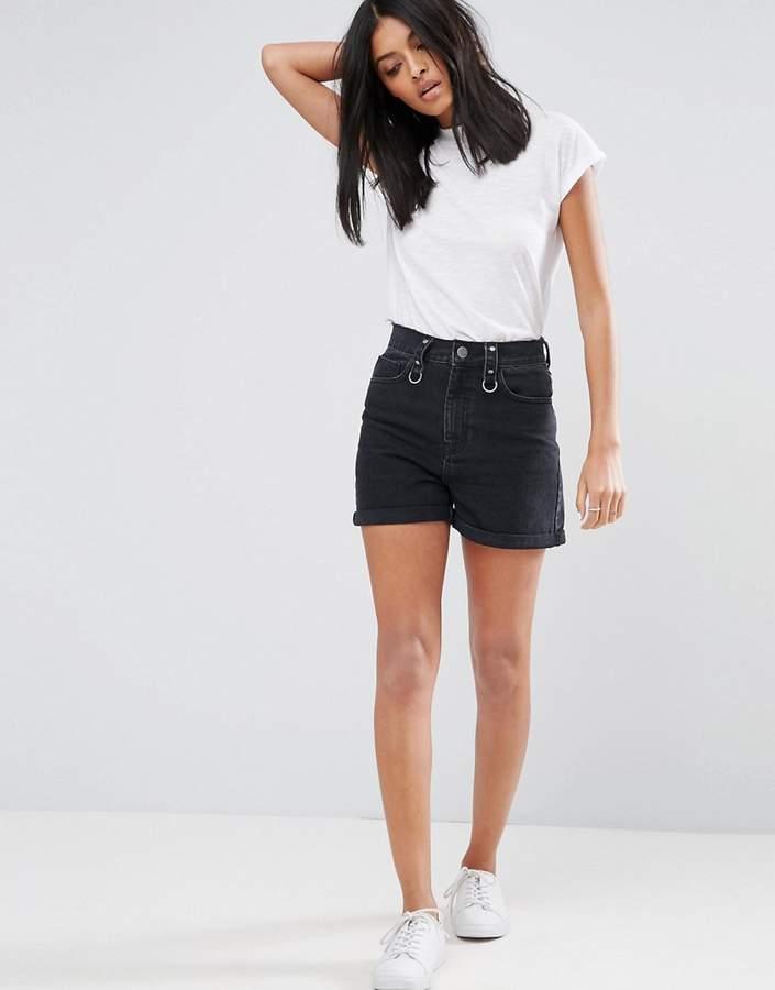 – Mom-Shorts aus Denim in verwaschenem Schwarz mit Ring und unverarbeitetem Bund
