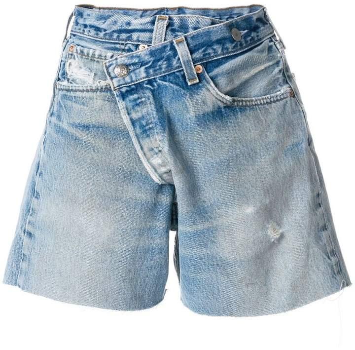 Ungesäumte Jeans-Shorts mit asymmetrischem Schnitt