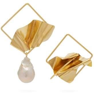 Roksanda Mismatched Sculptural Baroque Pearl Earrings - Womens - Gold