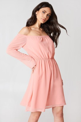 NA-KD Hannalicious X Off Shoulder Chiffon Dress Light Pink c5842bc2f