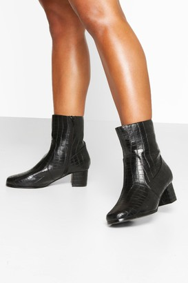boohoo Wide Fit Low Block Heel Shoe Boots