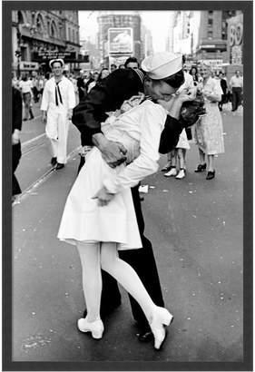 DAY Birger et Mikkelsen Amanti Art Kissing On Vj Times Square Framed Art Print