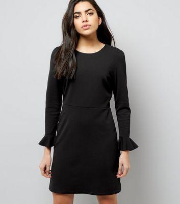 new look schwarzes kleid mit schn rung und glocken rmeln. Black Bedroom Furniture Sets. Home Design Ideas
