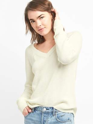 Gap V-Neck Pullover Sweater in Merino Wool-Blend
