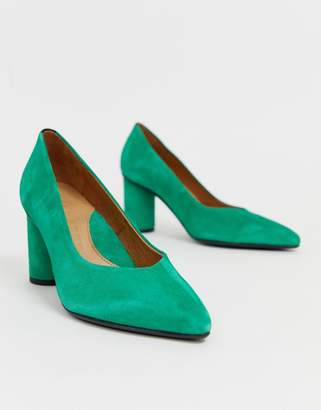 Selected pointed court shoe with round heel