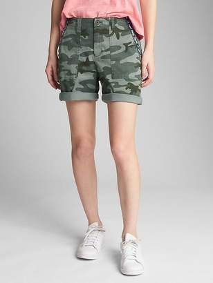 """Gap 5"""" Girlfriend Utility Shorts with Embroidered Detail in Camo"""
