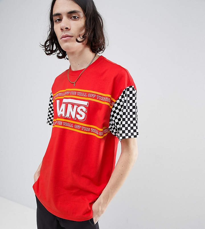 – Rotes T-Shirt mit Ärmeln im Schachbrettmuster, exklusiv bei ASOS