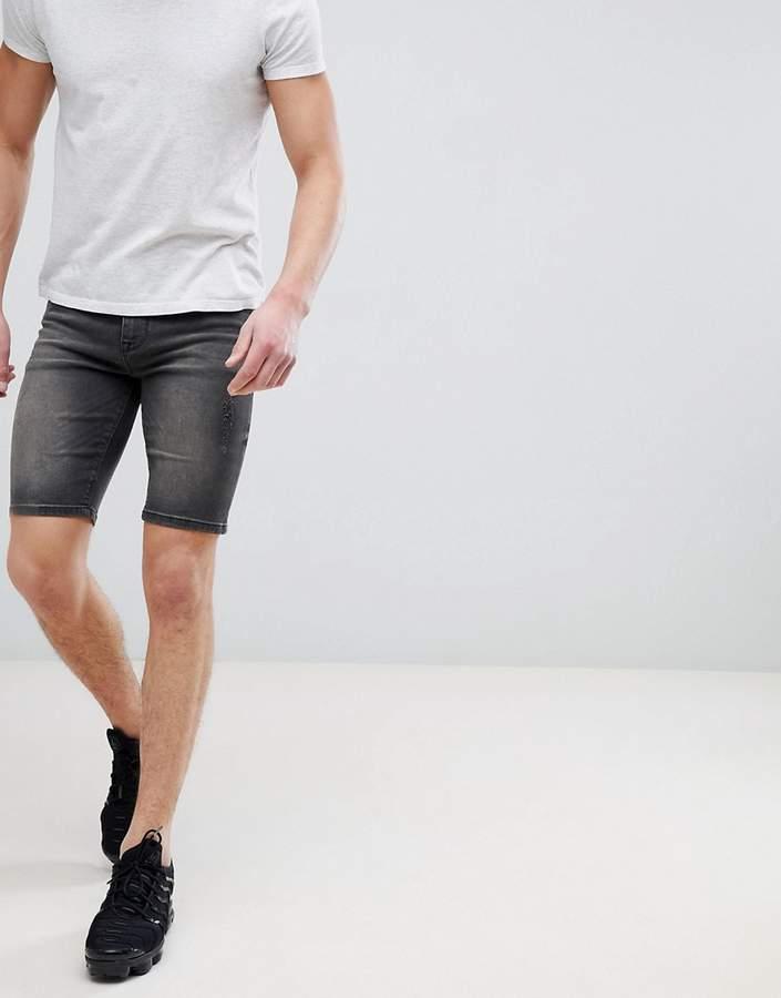 DESIGN – Sehr enge Jeansshorts in verwaschenem Schwarz mit Abschürfungen