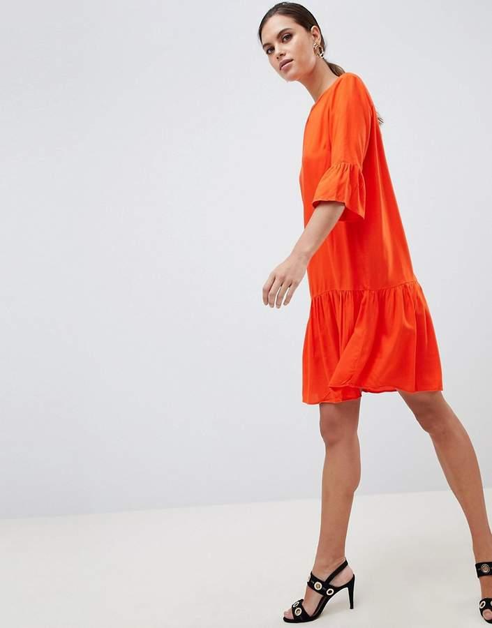 Y.A.S – Kleid mit ausgestellten Ärmeln und abfallendem Saum
