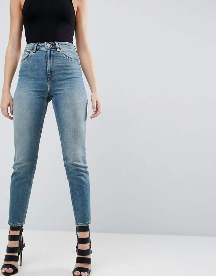 – FARLEIGH – Schmal geschnittene Mom-Jeans mit hoher Taille in Chayne-Waschung