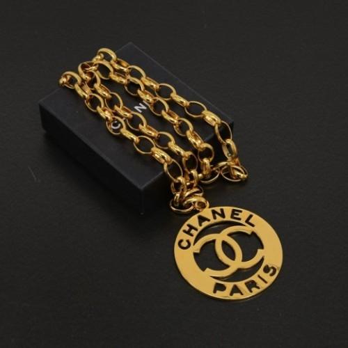Chanel excellent (EX Gold Tone Large Round Pendant Necklace