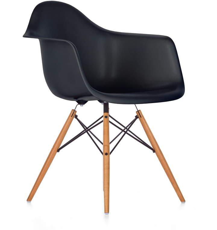 Eames Plastic Armchair DAW (H 43 cm), Ahorn gelblich / basic dark, Kunststoffgleiter weiß (Teppichboden)