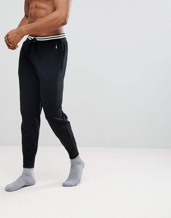 – Schwarze Freizeitjogginghose mit Zierstreifen und Polospieler in Weiß