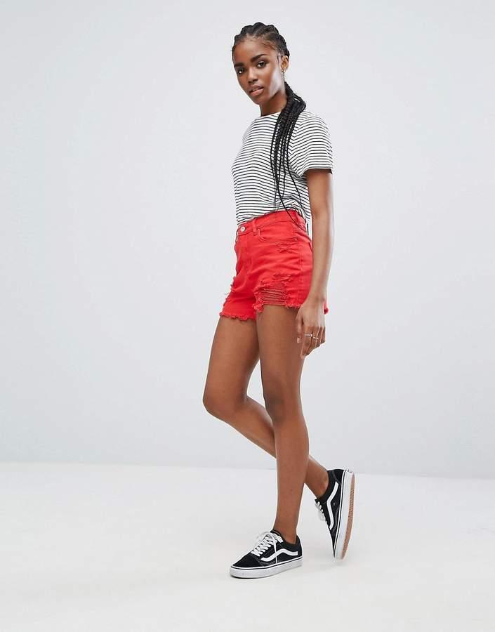 – Denim-Shorts mit ausgeprägten Zierrissen