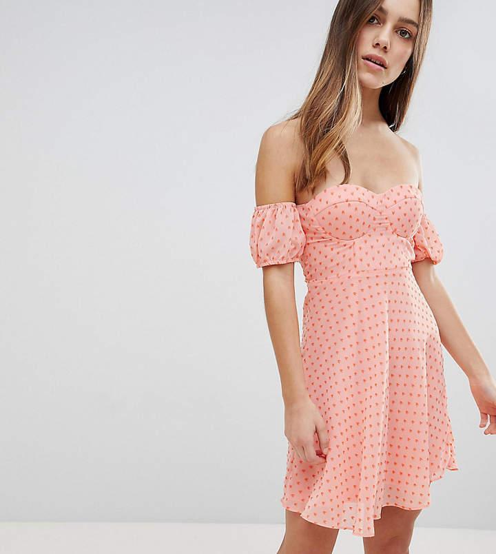 Glamorous Petite – Schulterfreies Minikleid mit Coeur-Dekollet und Punktmuster