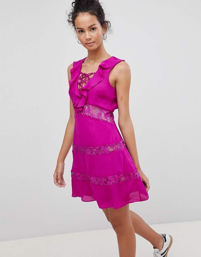 – Kleid mit Schnürung und Rüschen