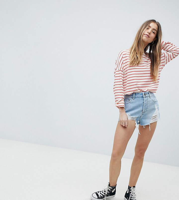 DESIGN – Petite – Jeans-Shorts in verwaschenem Hellblau mit ausgefranstem Saum und Zierrissen