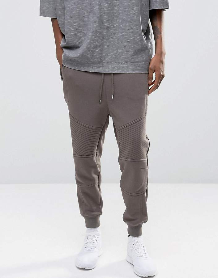 Better Bodies Tapered Joggers are our go-to, premium streetpants. They are made out of a comfortable fleece material with a loose fit around the waist and thighs and a tapered fit from the knees to the ankles. They have a stylish design with a discrete Better Bodies logo under the left pocket.