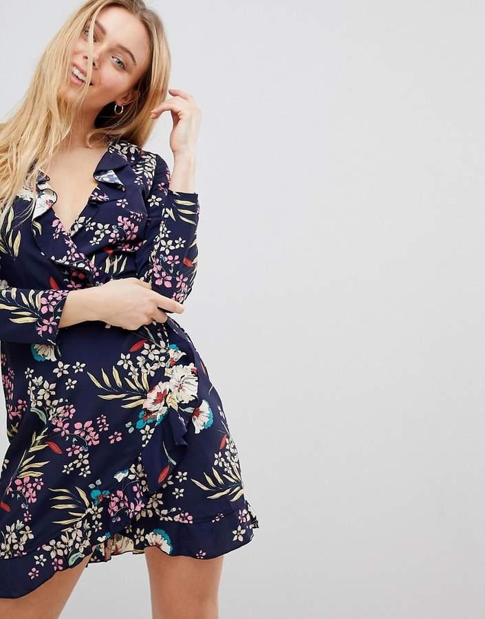 – Gerüschtes Wickelkleid mit tropischem Muster