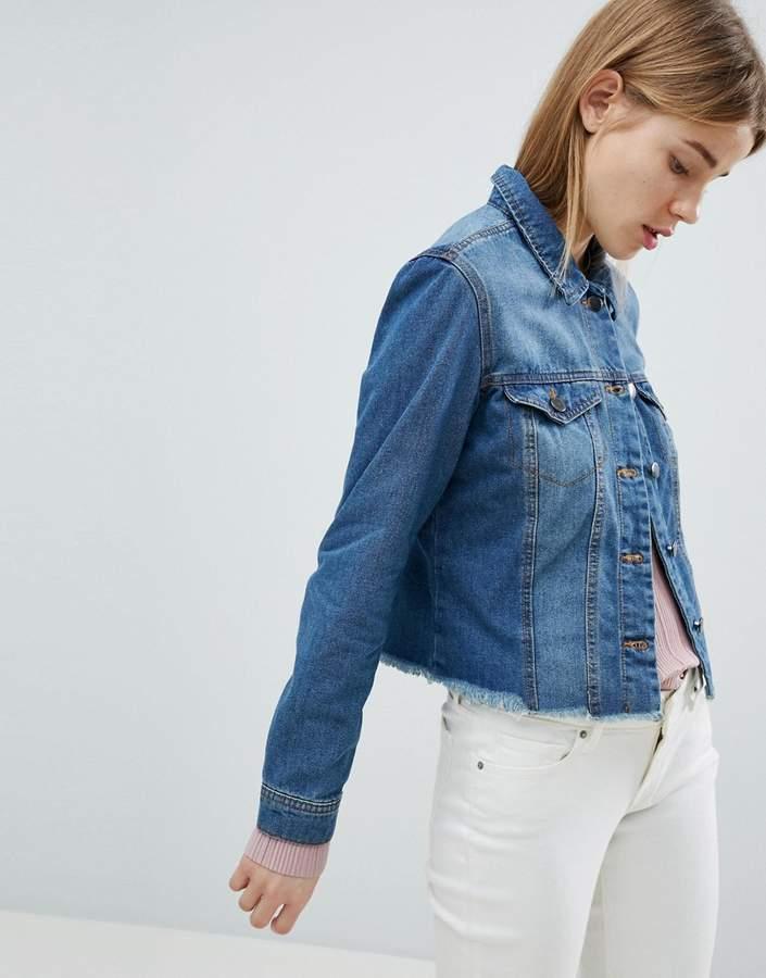 JDY – Jeansjacke mit zerschlissenen Säumen
