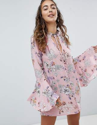 En Creme En Crme Shift Dress With Fluted Sleeves In Floral