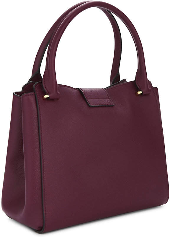 e851a7afe000 Burberry Buckle medium leather tote detail image