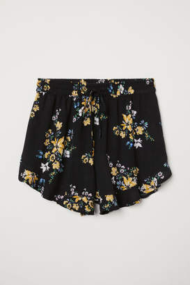 H&M Patterned Viscose Shorts - Black
