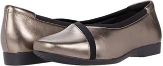 Clarks Un Darcey Ease 2 (Pebble Metallic Leather) Women's Shoes