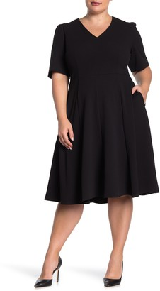 Donna Morgan Short Sleeve V-Neck Stretch Crepe Dress (Plus Size)